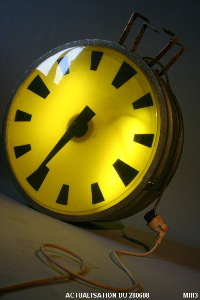 Photo d'une horloge industrielle